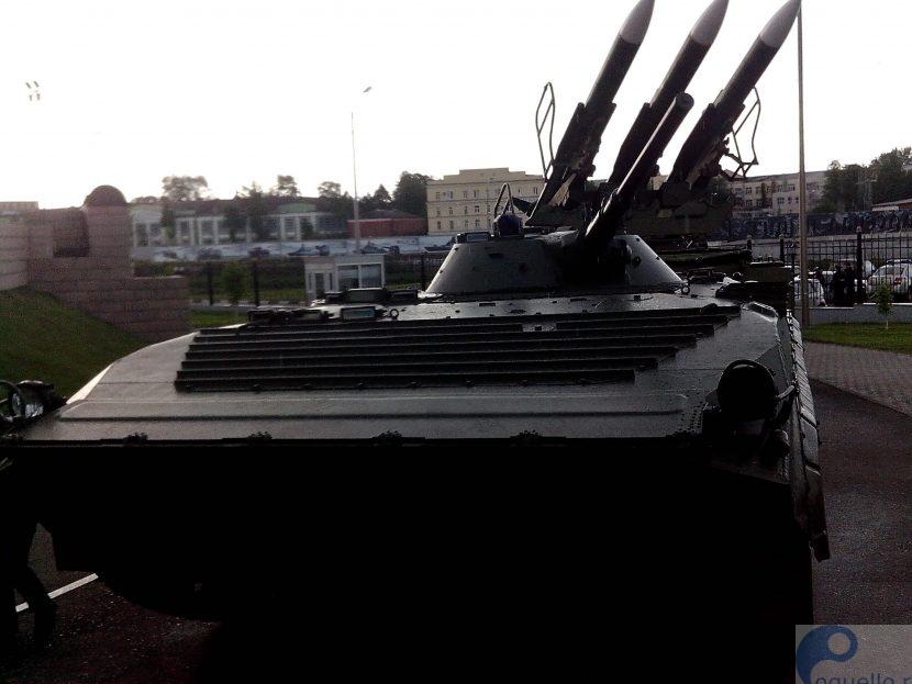 у музея оружия