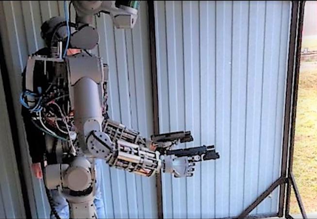 робот Фёдор стреляет из двух пистолетов